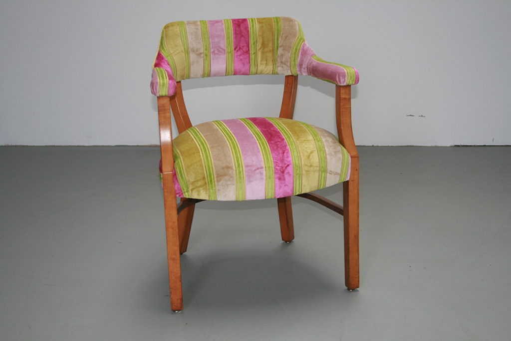 Antieke stoel stofferen in juiste vorm de bank stoffeerder